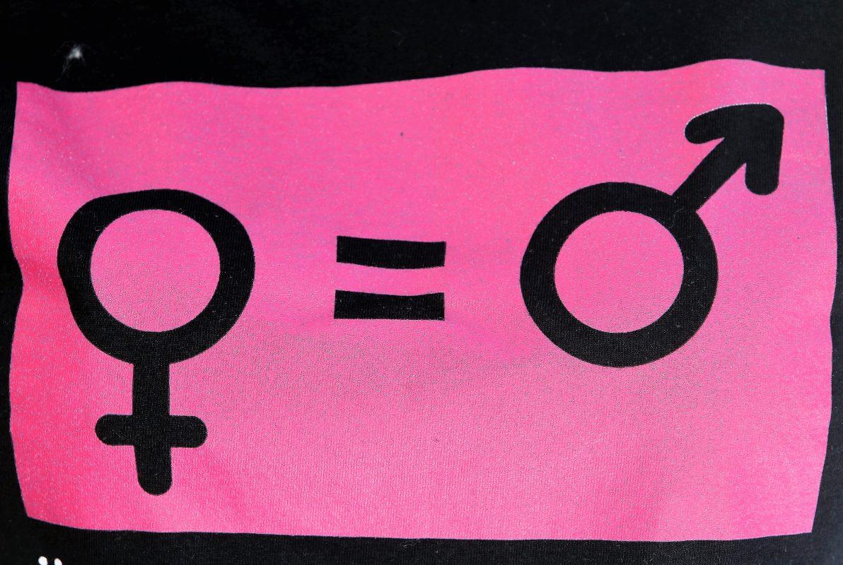 Estampa de uma camiseta usada em manifestações feministas: luta por igualdade continua.Foto: Pascal Deloche/Godong/ Photononstop