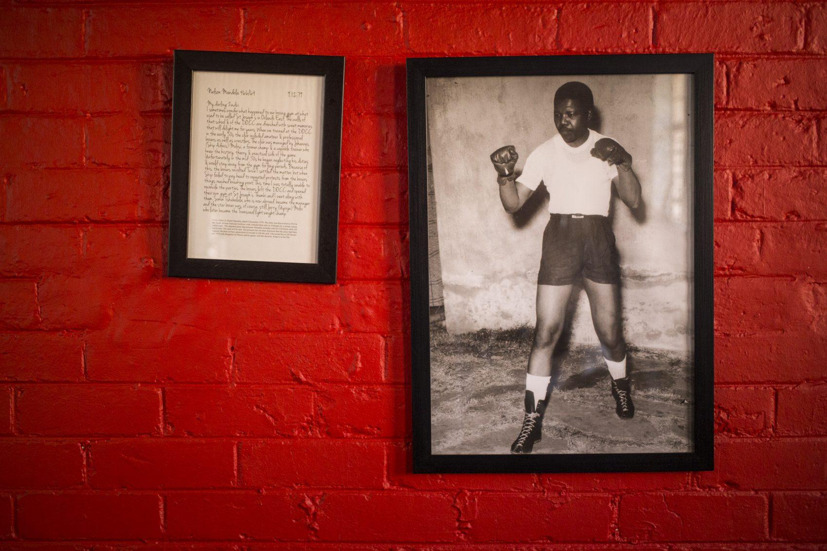 Foto de Nelson Mandela na parede do ginásio da Associação Cristã de Moços: foi lá que o sul-africano treinou nos anos 1950 (Foto Wikus de Wet/AFP)