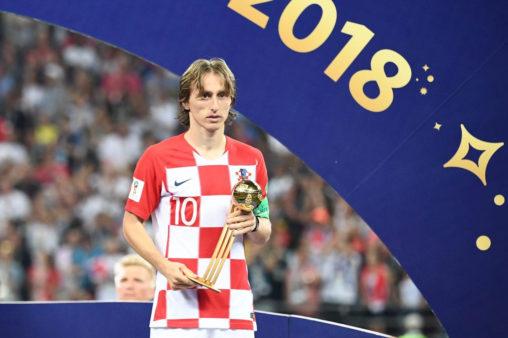 Sem sorriso: Luka Modric recebe a Bola de Ouro após a derrota da Croácia para a França na final (Foto Fifa/AFP)