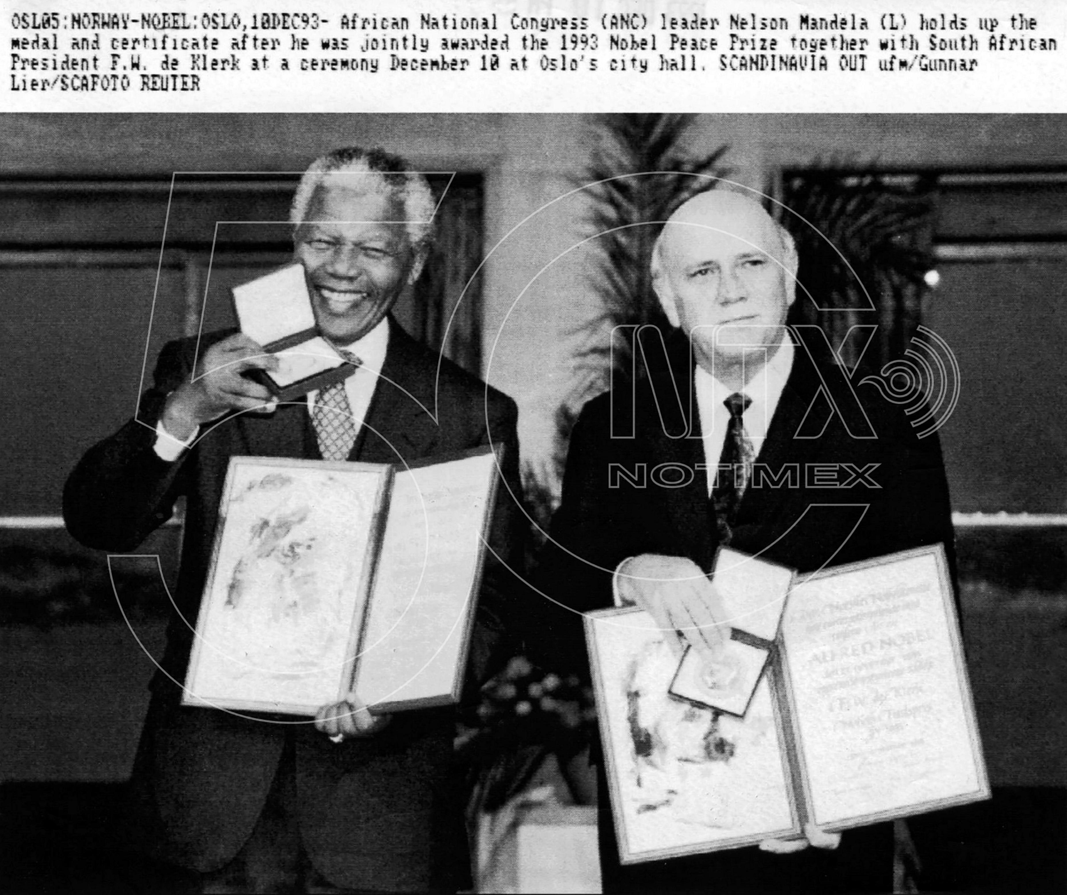 Mandela e o presidente Frederic de Klerk recebem o Prêmio Nobel da Paz, em 1993, pelo trabalho de reconciliação e o fim do apartheid (Foto Notimex/foto/fototeca histórica/El Nacional