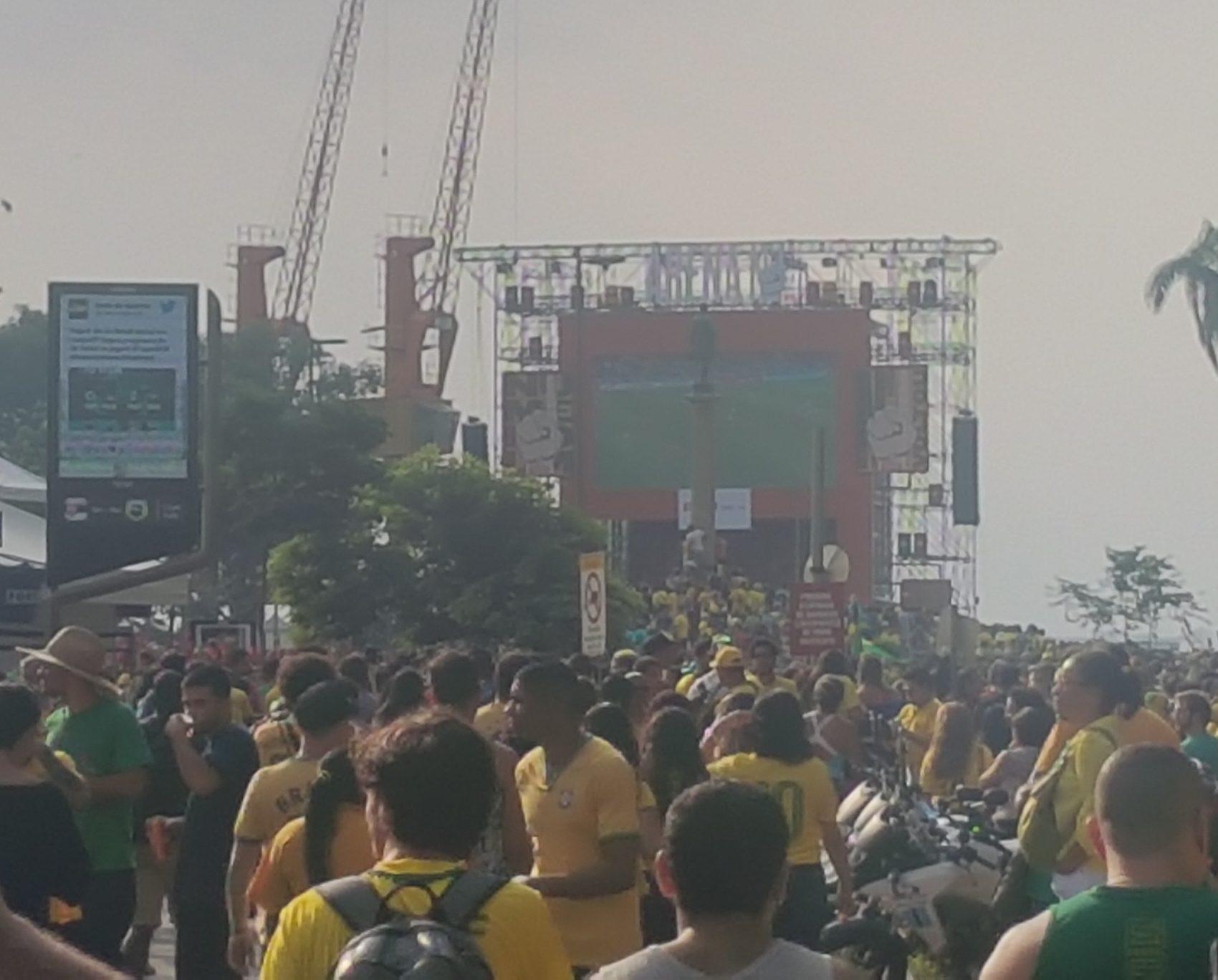 A festa na Praça Mauá, com telão (Foto Oscar Valporto)