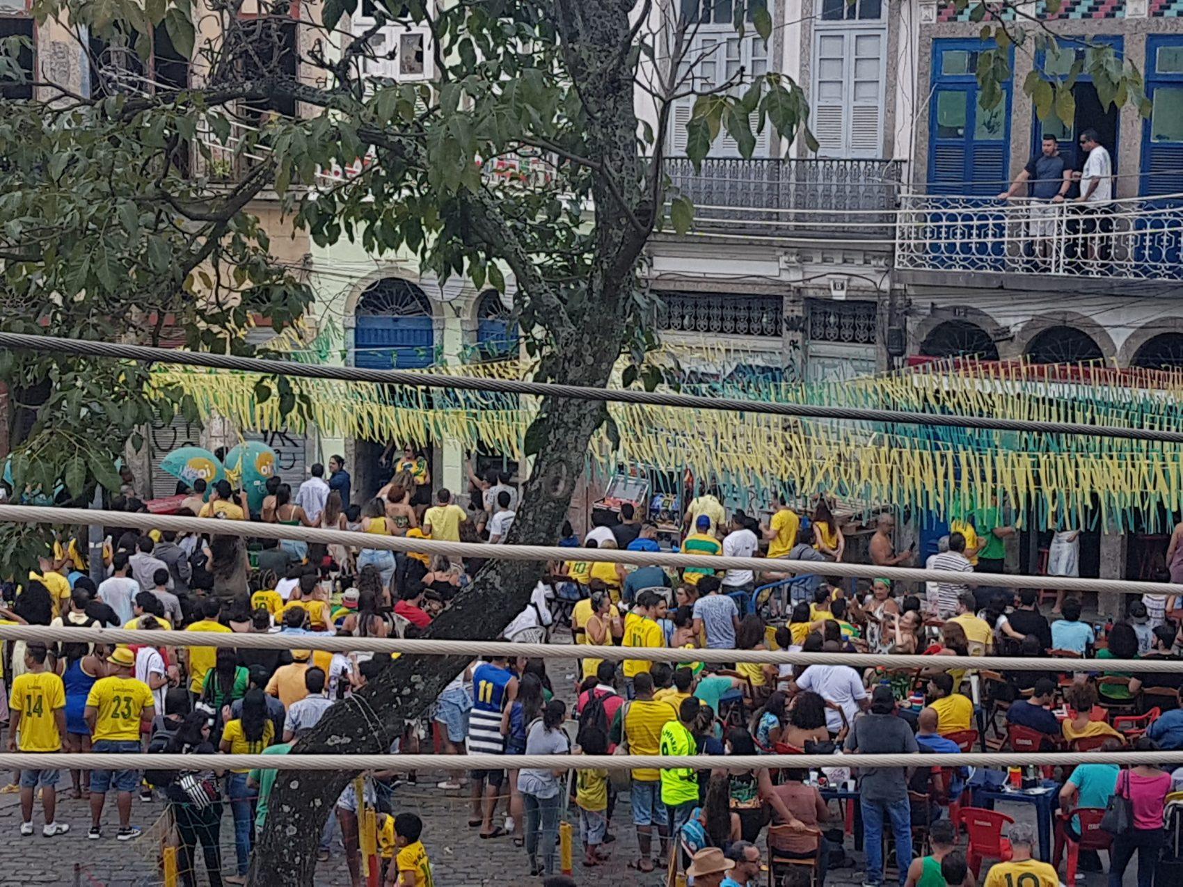 O povo na ruano Largo de São Francisco da Prainha (Foto Oscar Valporto)