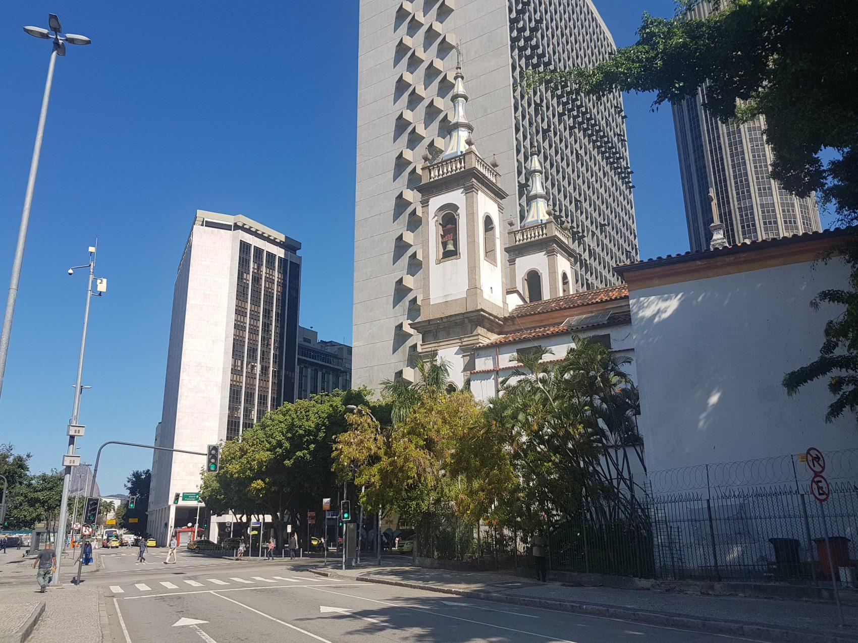 Igreja de Santa Luzia cercada de prédios: a construção já foi de frente para o mar (Foto Oscar Valporto)