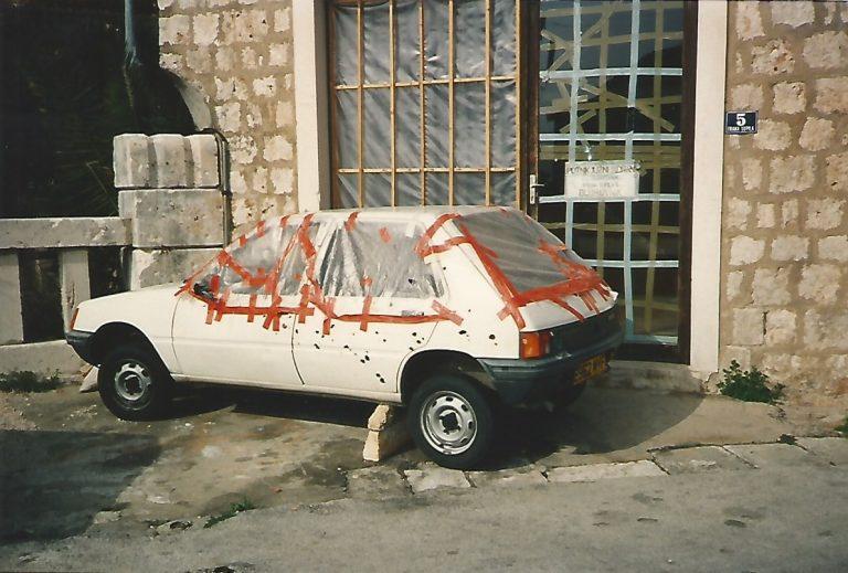 Carro destruído na cidade de Dubrovnik (Foto Florência Costa/ 26/04/1992)