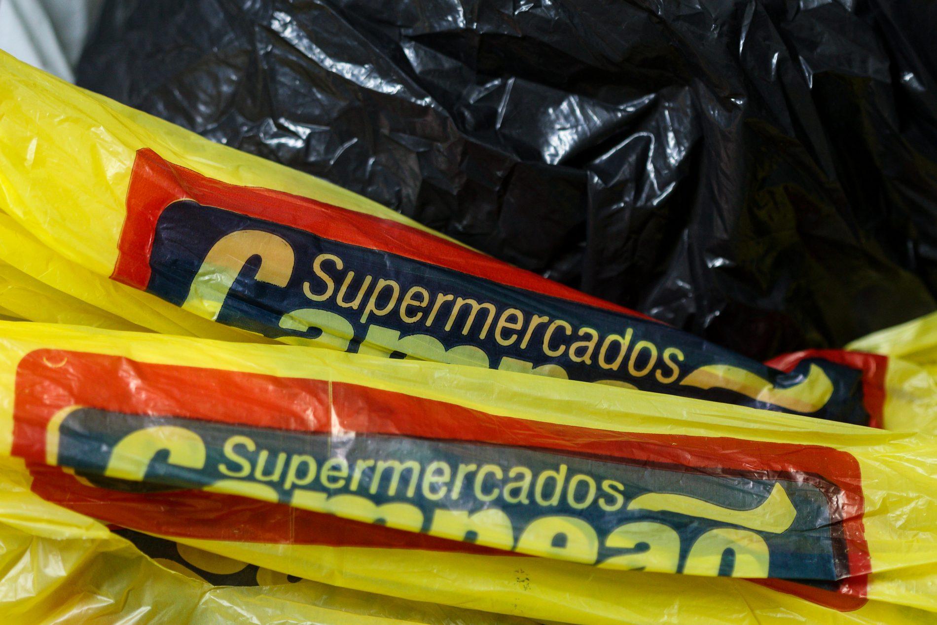 Uso de sacolas plasticas resiste nos supermercados. Foto de Luiz Souza/ NurPhoto/ AFP