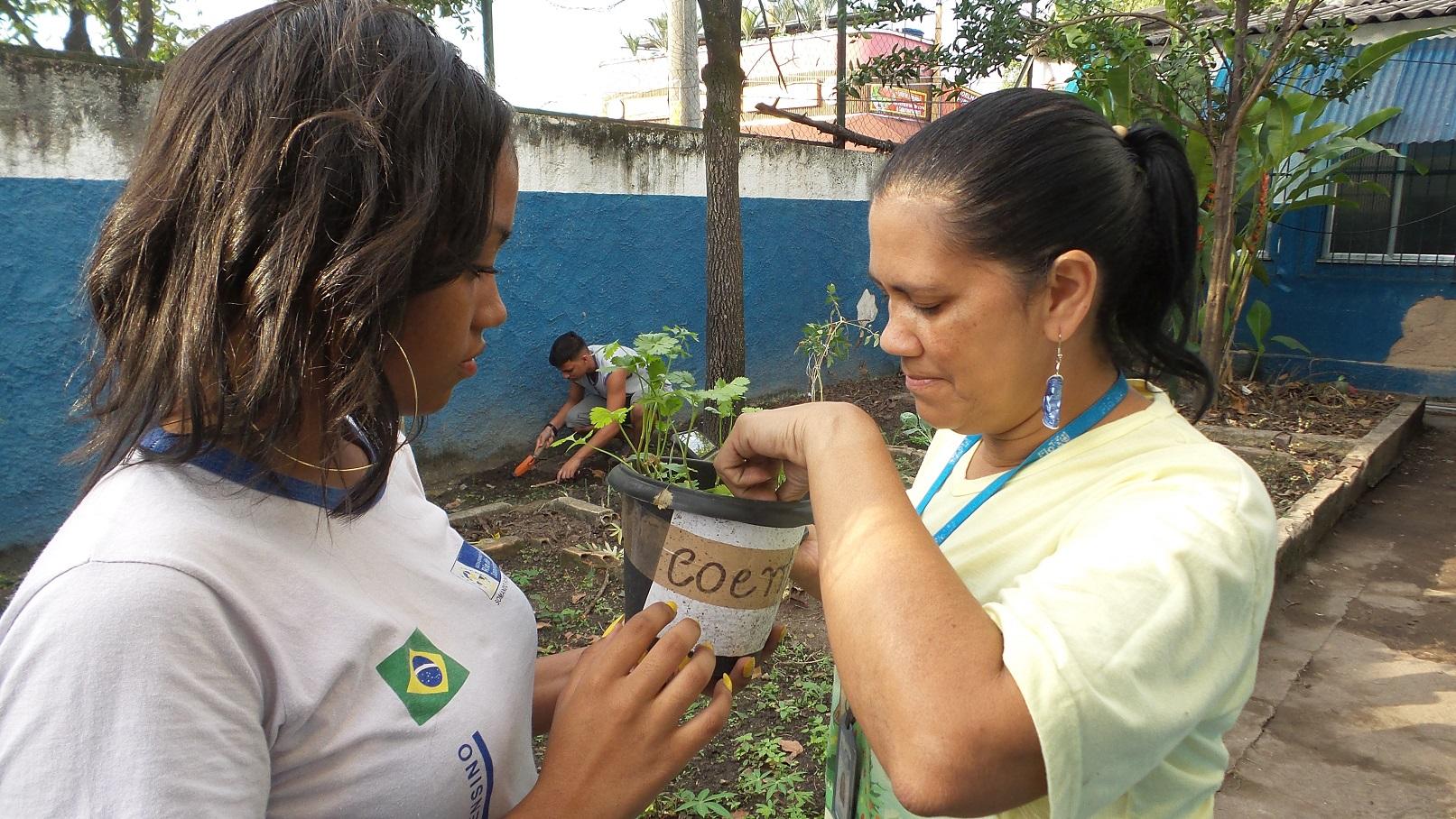 Valdirene Militão, pesquisadora da Fiocruz, orienta os alunos sobre como cuidarem das hortaliças. Foto Elizabeth Oliveira