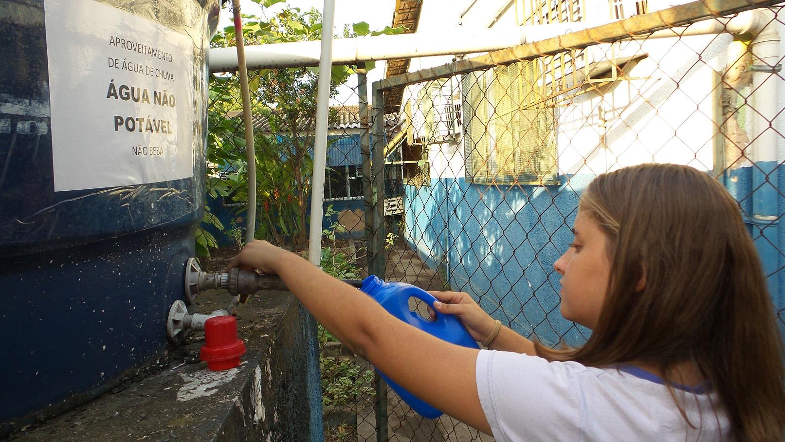 O reaproveitamento da água da chuva é uma das técnicas utilizadas pelos alunos. Foto Elizabeth Oliveira