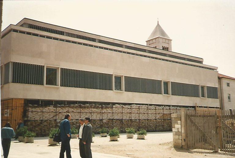Prédio da cidade de Zadar protegido por sacos de areia (Foto de Florência Costa, 2/05/1992)