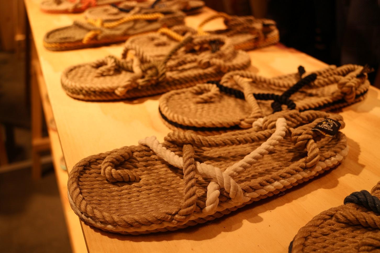 As sandálias da Nomadic State of Mind são feitas com cordas torcidas de fibras de plástico reciclado recolhido no oceano (Foto: Janaina Cesar)
