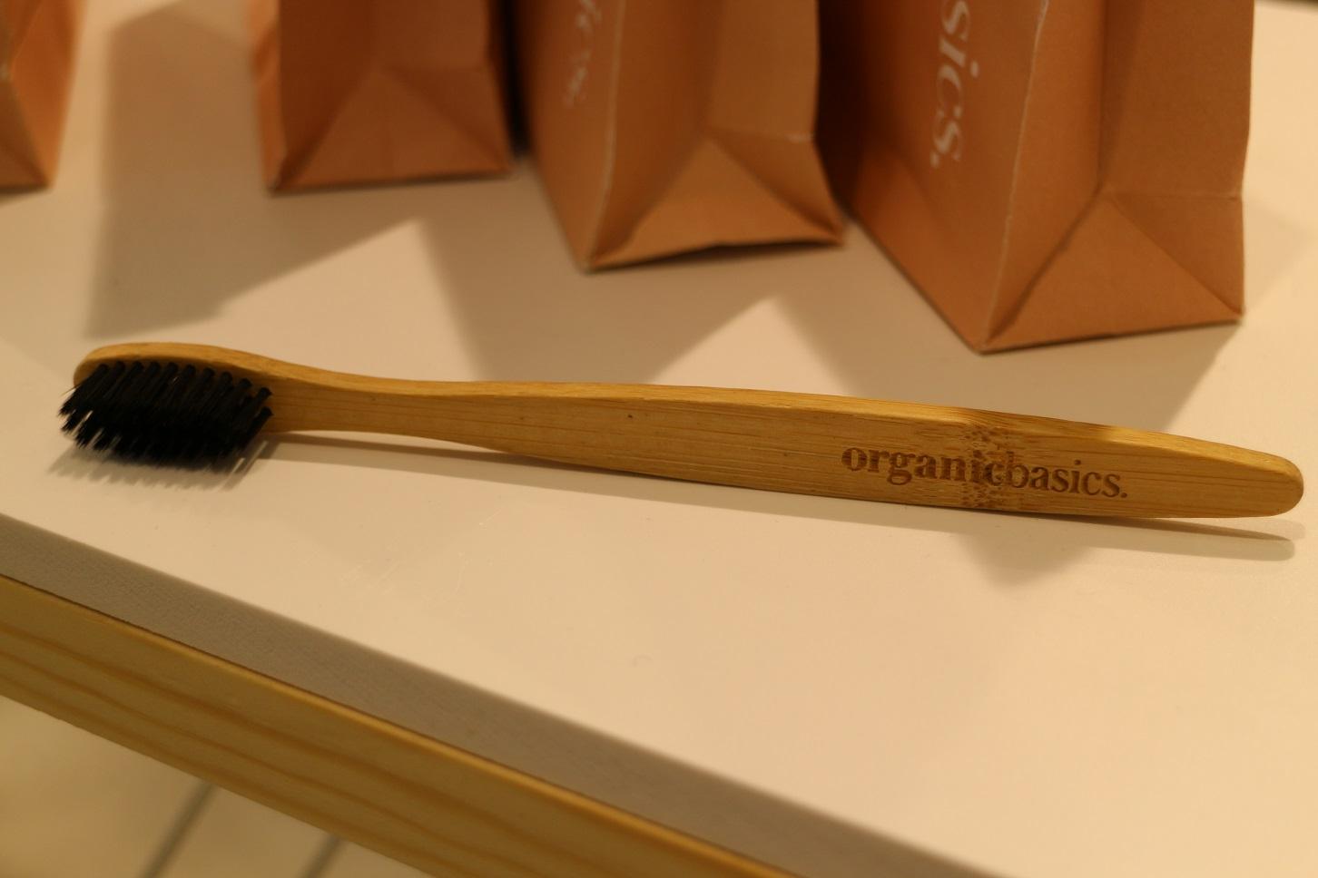 A escova de dentes feita em bambu reciclado e cerdas de carvão ativado, que absorve naturalmente a placa bacteriana (Foto: Janaina Cesar)