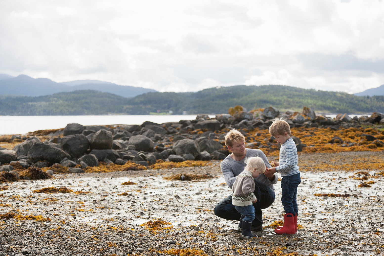 O pai com os dois filhos nas montanhas de Romsdal, na Noruega. Foto Tiina & Geir / Cultura Creative
