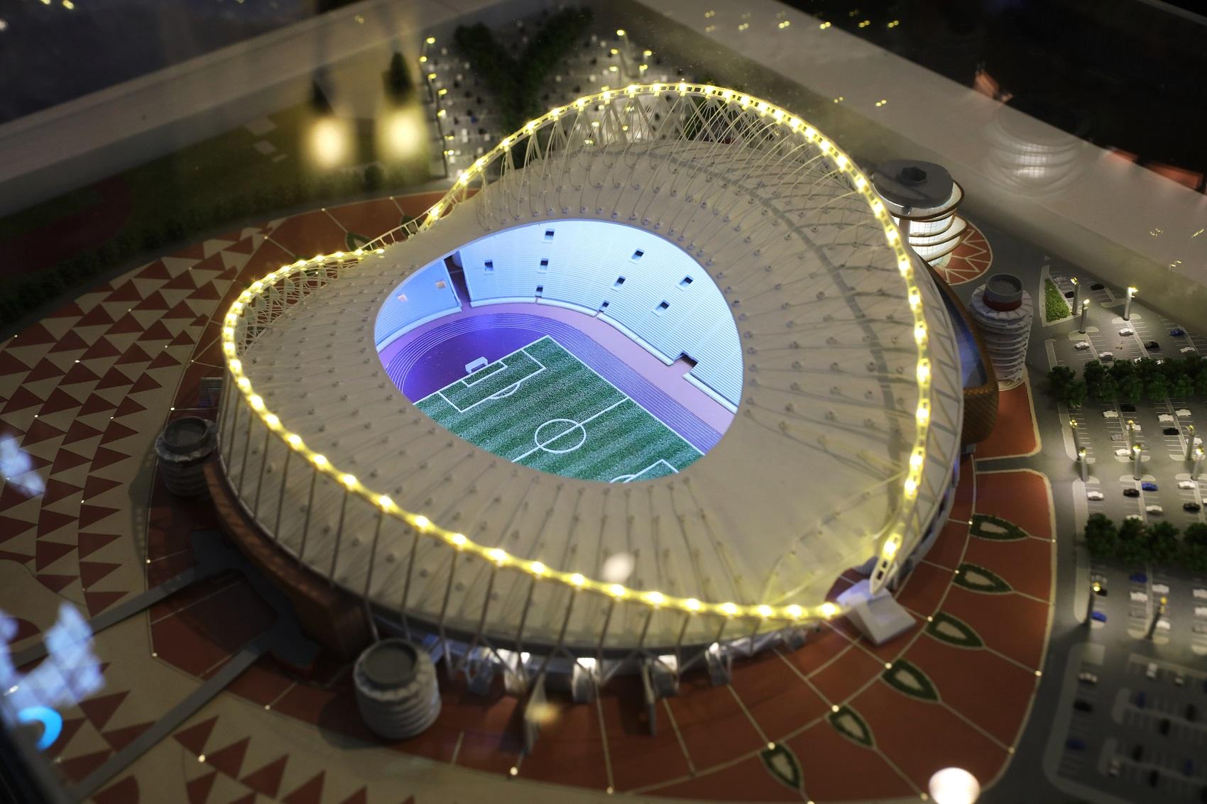 Em exibição em Moscou, maquete do Estádio Khalifa International, um dos que sediará jogos na Copa de 2022 (Foto de Iliya Pitalev / Sputnik/AFP)