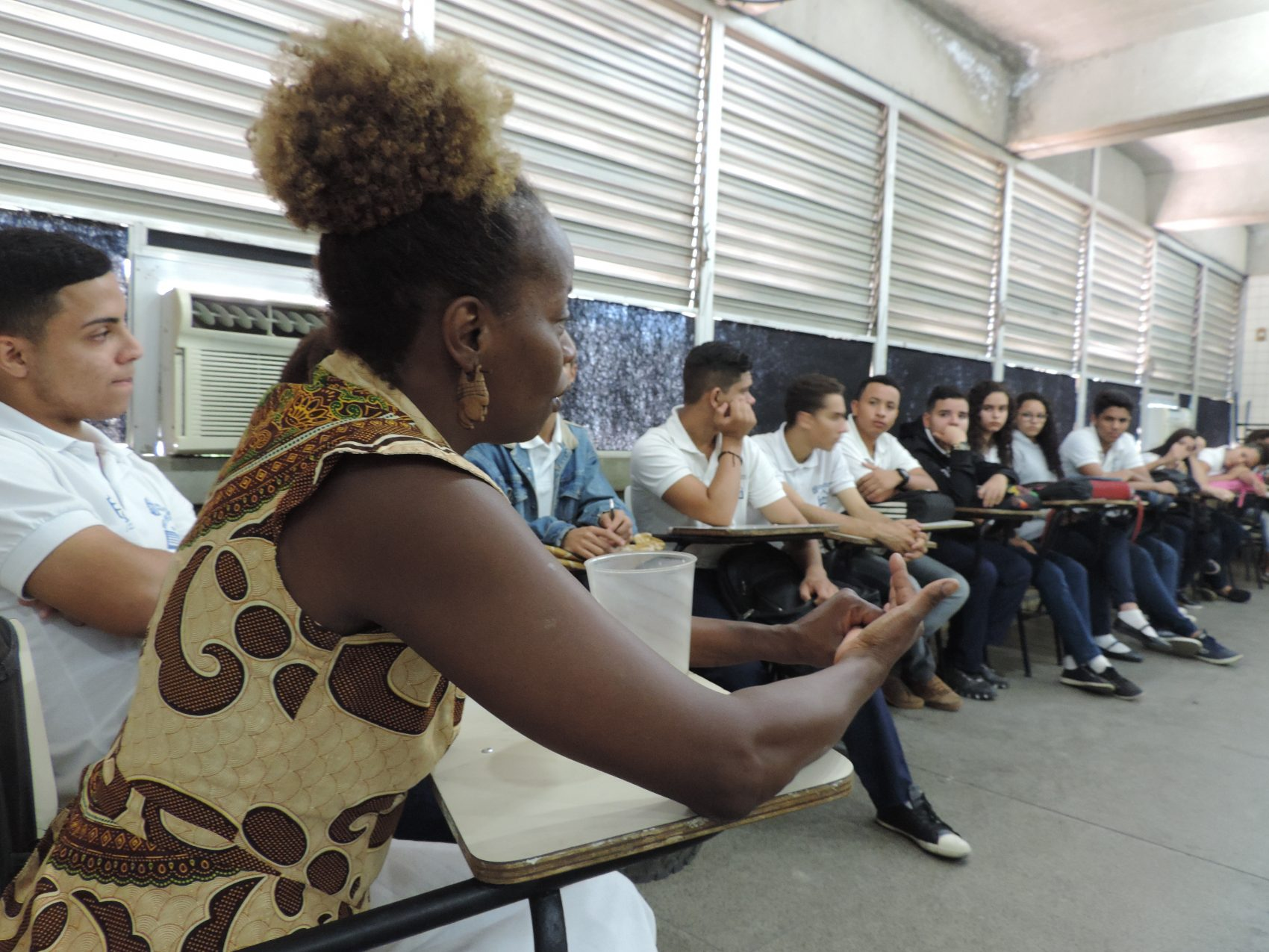 Aula da Valéria Monã, animadora cultural do CIEP 175 desde sua fundação. Ela é mestre em dança afro, atriz e coreógrafa |Foto: Samuel Souza - Acervo CIEP 175