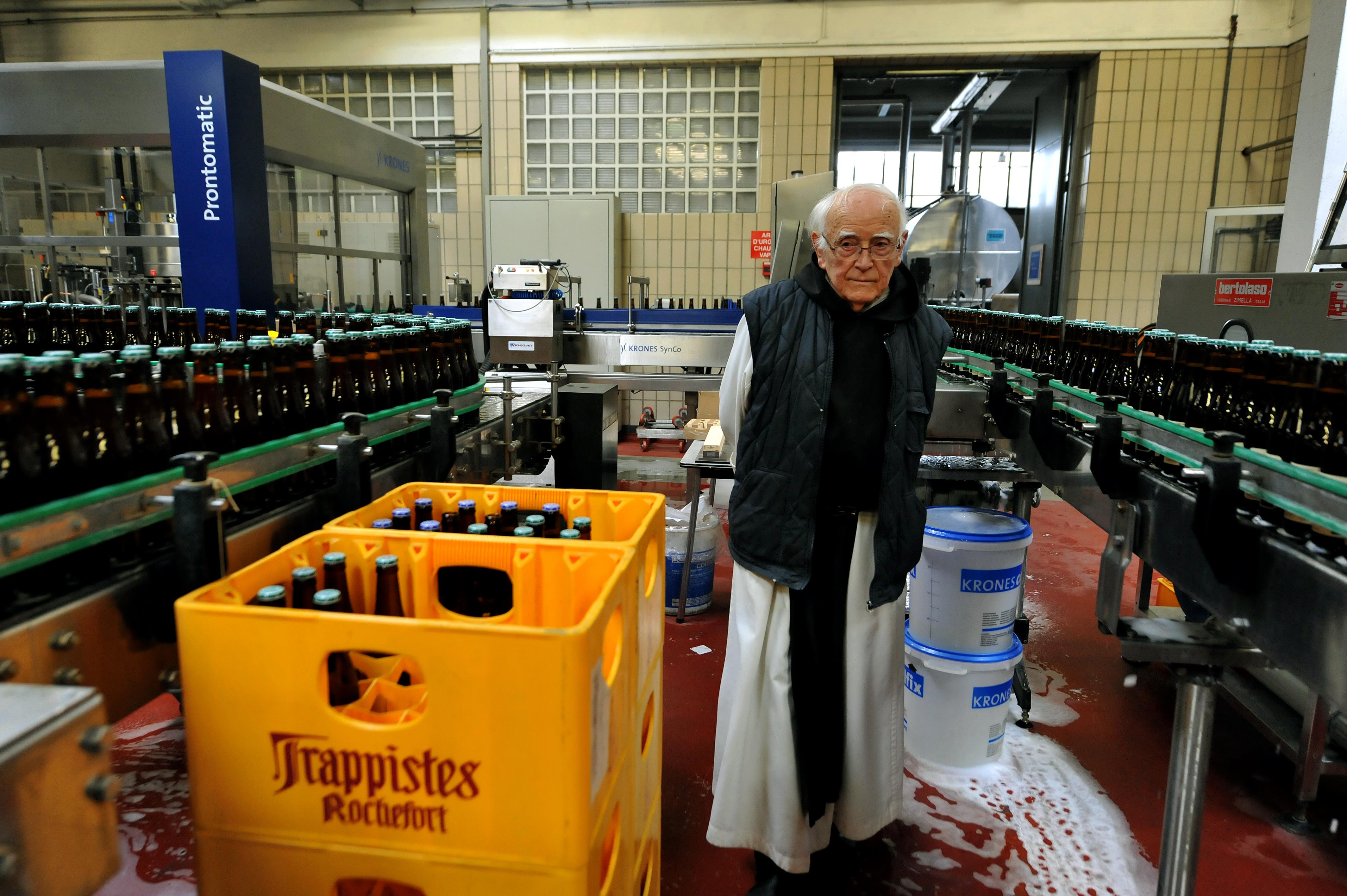 Monge trapista produz cerveja na abadia Notre Dame de Saint Remy Rochefort (Foto: GEORGES GOBET / AFP)