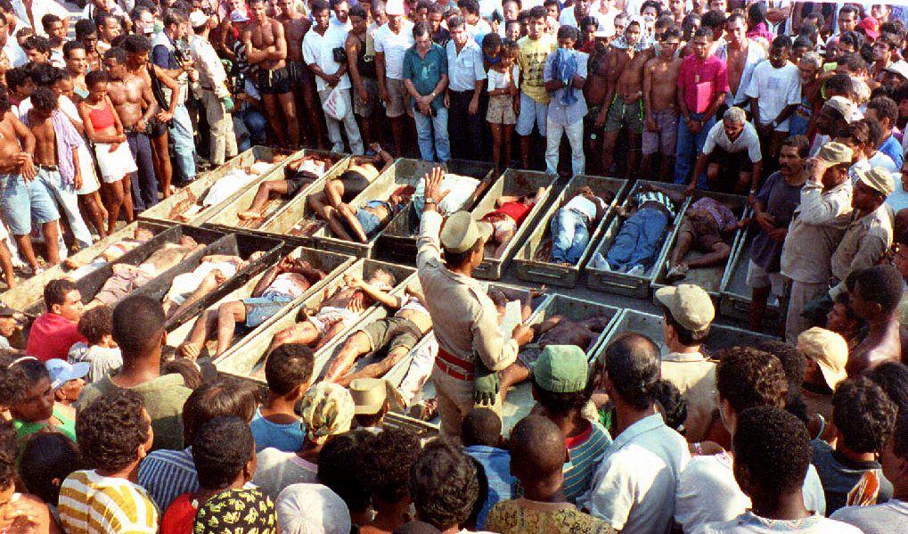 O retrato da chacina: 21 pessoas foram mortas em Vigário Geral pelo grupo extermínio Cavalos Corredores (Foto: MARIO LEITE / AFP)