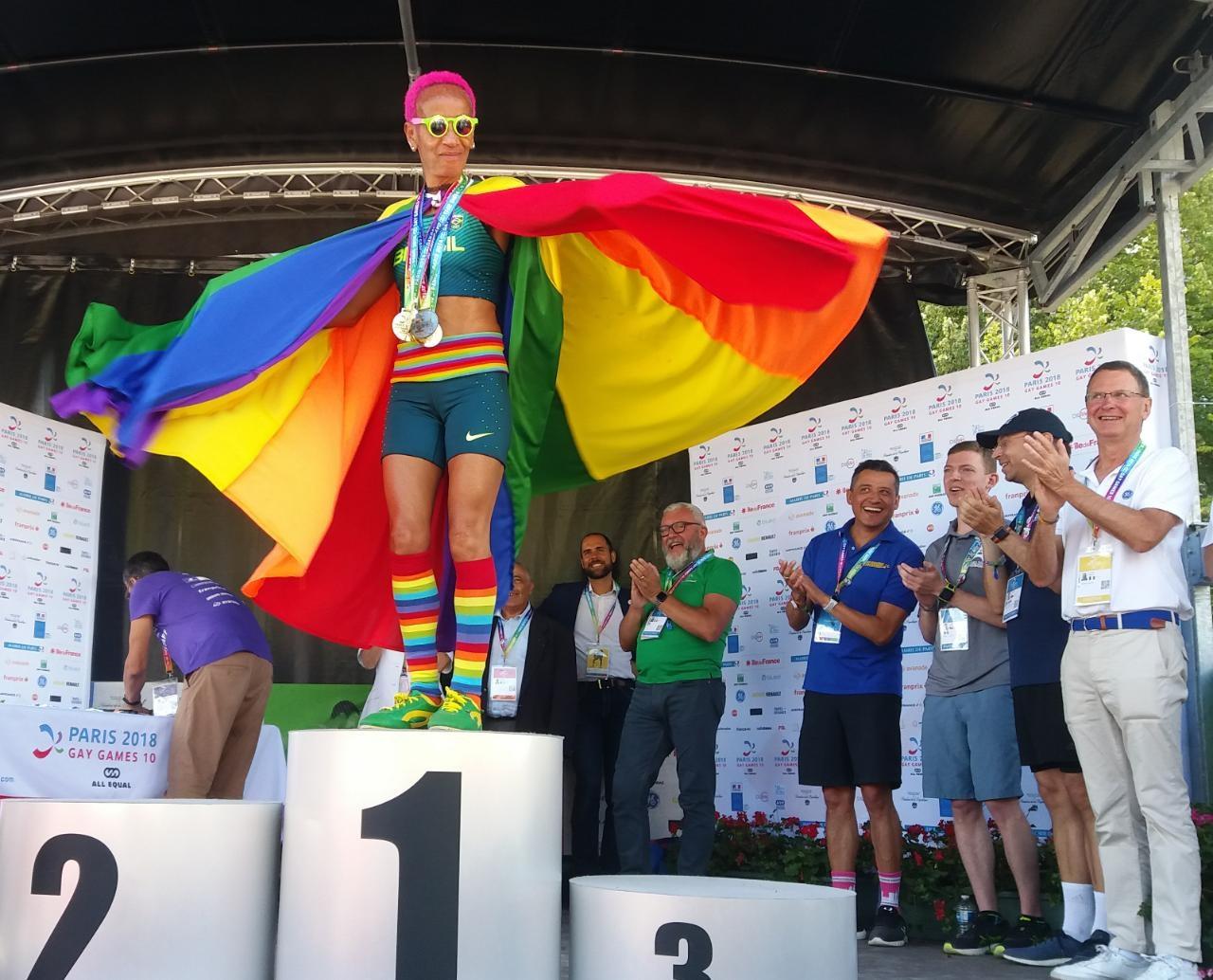 Ana Luiza dos Anjos Garcez, a Animal, comemora a vitória na meia-maratona do Gay Games de Paris. Foto Jerry Costa