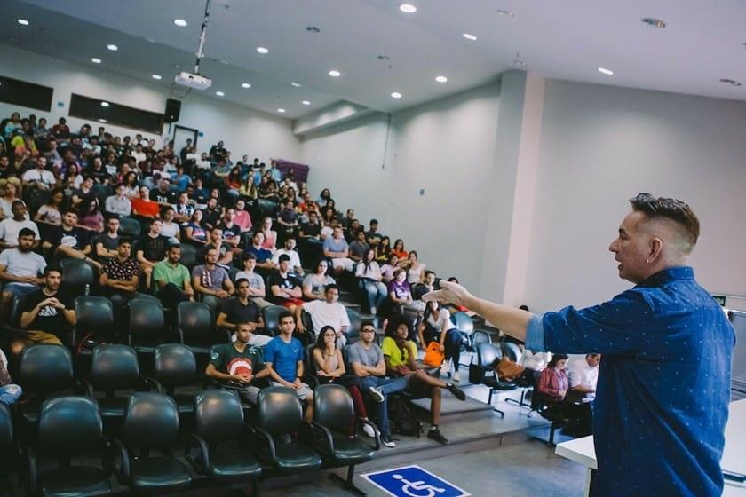 O professor Wander Pereira da Silva, coordenador do curso de Felicidade, dá uma das suas aulas na UnB. Foto JP Rodrigues/Jornal Metrópoles