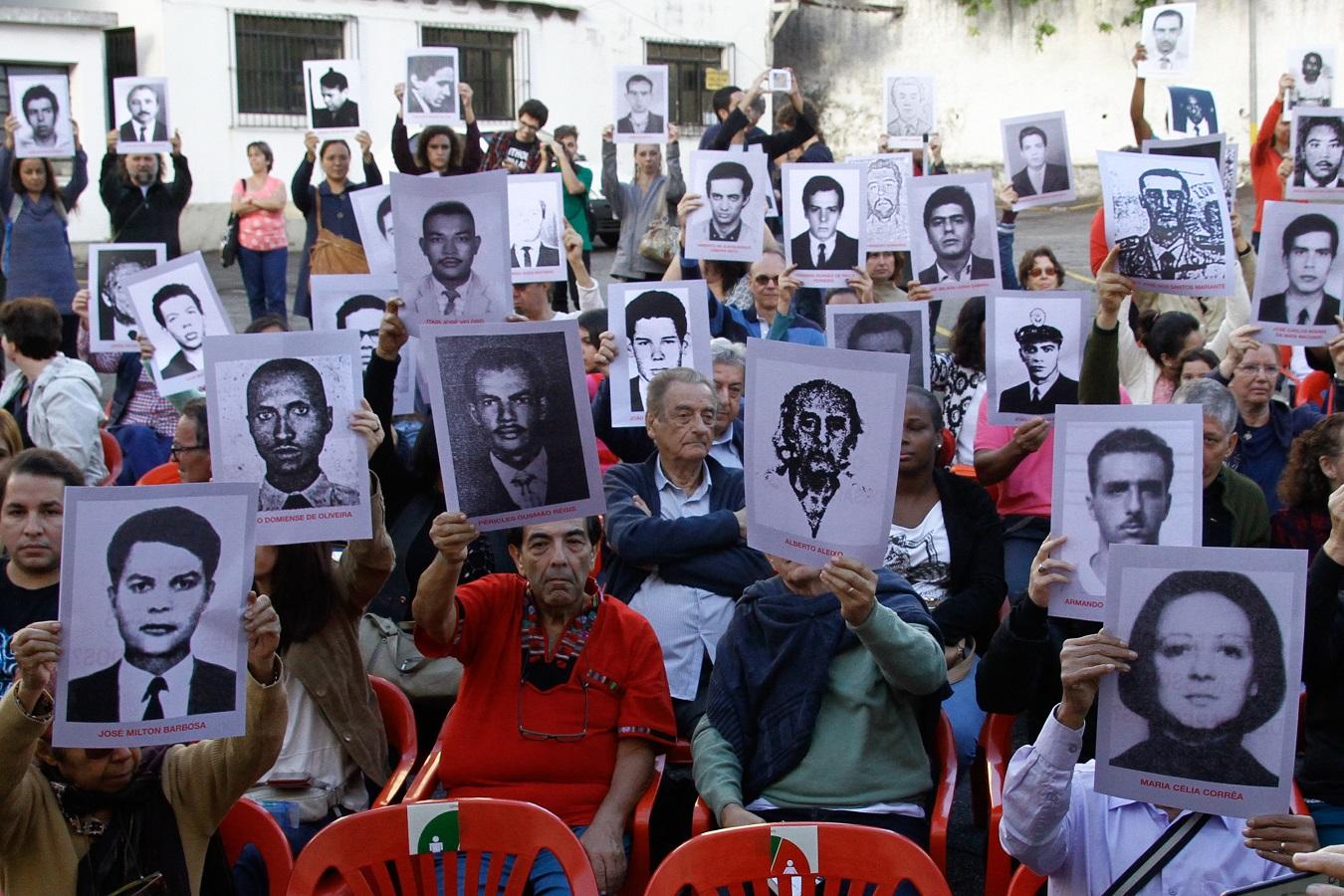 Ativistas dos Direitos Humanos protestam em São Paulo segurando as fotos de algumas das vítimas da ditadura no Brasil. Foto Fabio Vieira/FotoRua/NurPhoto