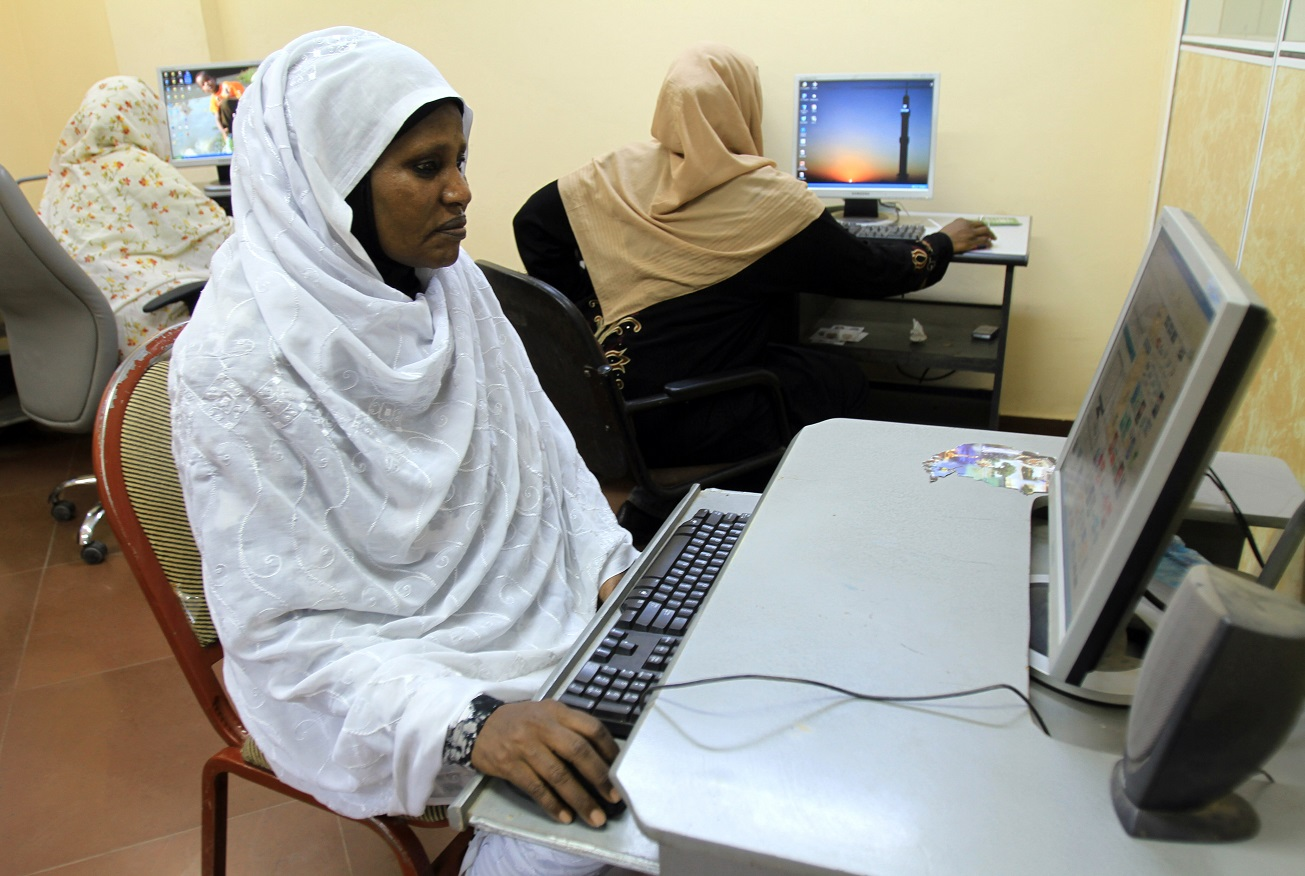 Mulheres do Sudão acessam a internet em uma Lan House na cidade de Cartum. Foto Ashraf Shazly/AFP