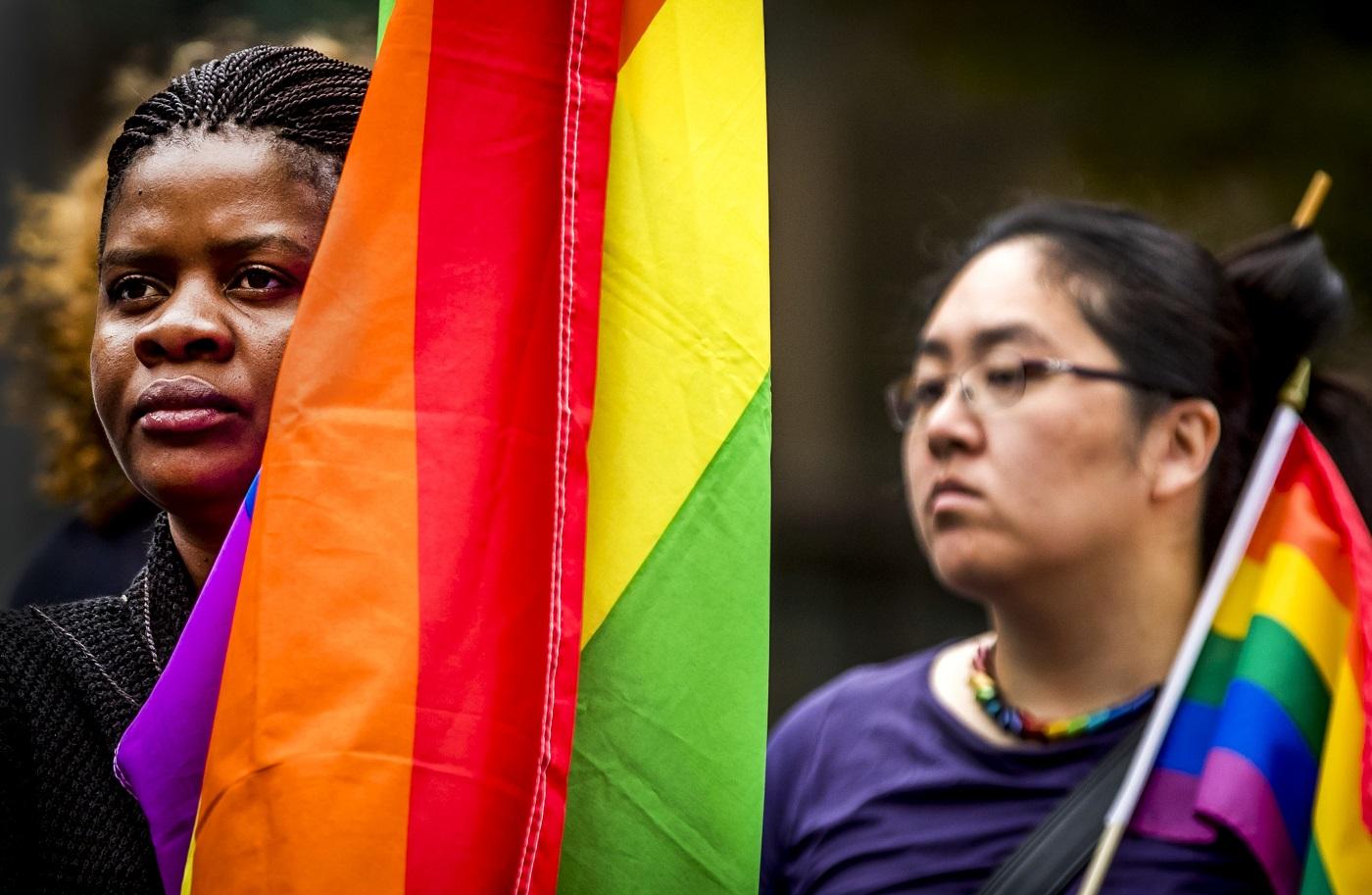 Manifestantes LGBT protestam contra a violência e a homofobia nas ruas de Amsterdam. Foto Remko DE WAAL / Netherlands OUT/AFP