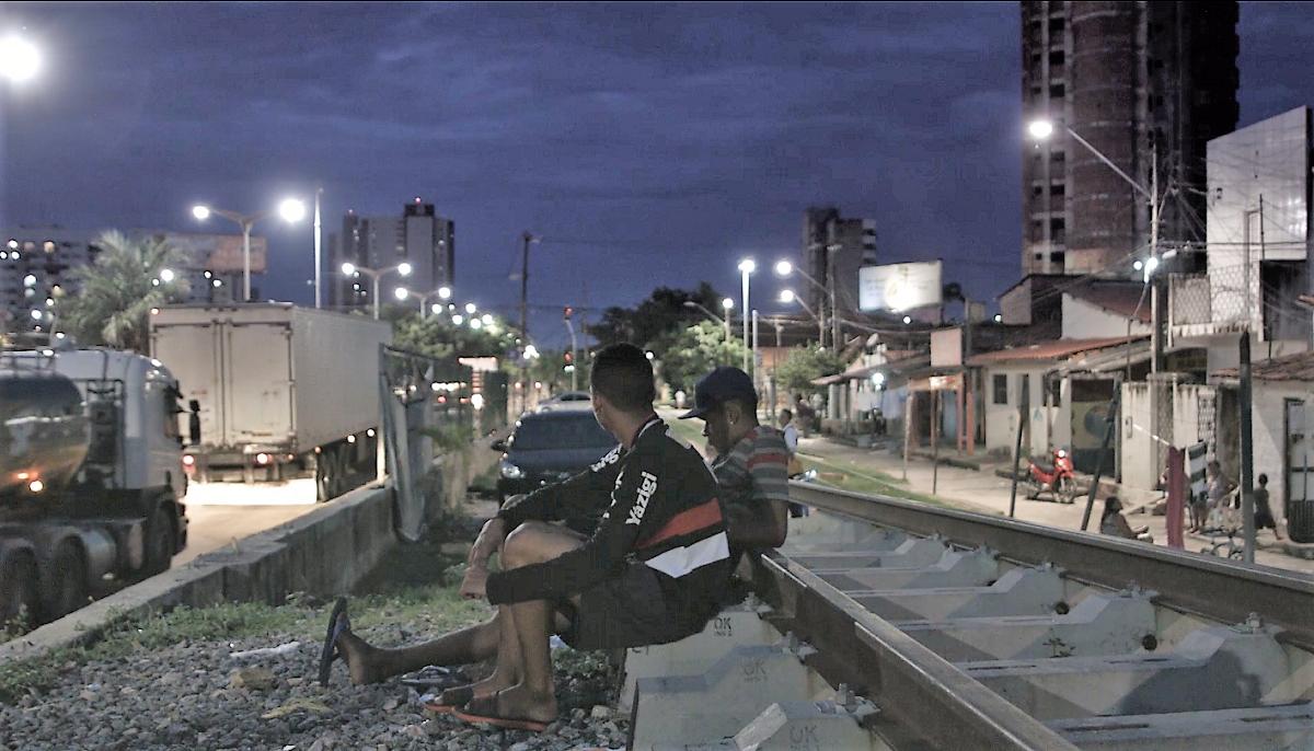 Ivan (de boné) e um amigo: na periferia de Fortaleza. Foto: Reprodução