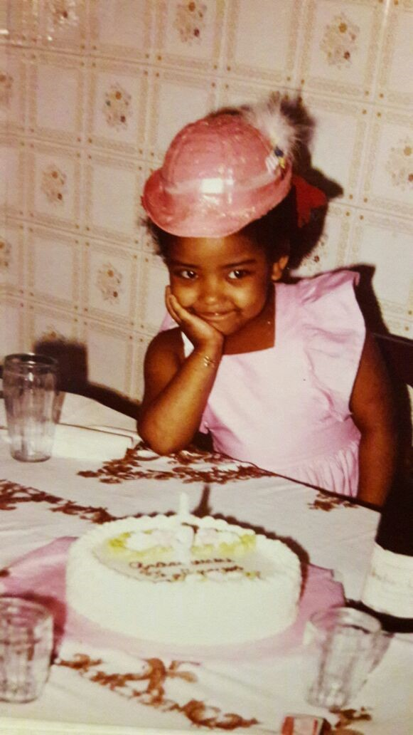 Grace, pequenina, com seu bolo de aniversário: timidez. Foto: Acervo Pessoal