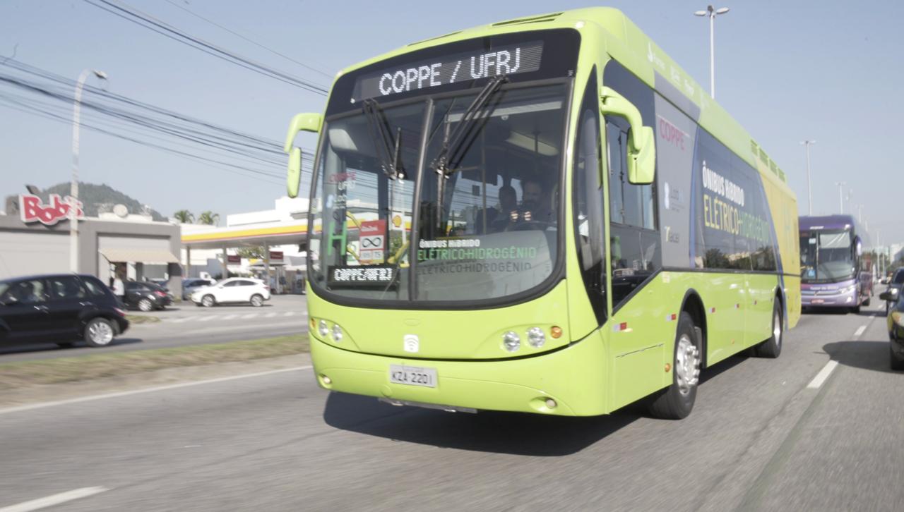 Ônibus híbrido elétrico-hidrogênio desenvolvido pela Coppe circula no Rio com participantes da 22 Conferência Mundial de Energia do Hidrogênio a bordo (Foto Mauricio Souza/Coppe)