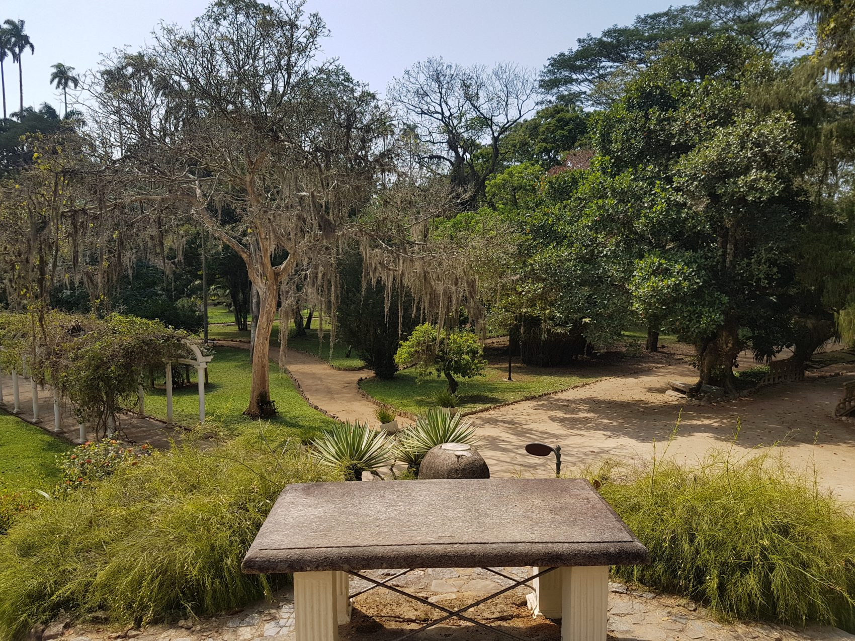 A mesa onde D. Pedro I e D. Pedro II costumavam parar em seus passeios pelo jardim (foto Oscar Valporto)