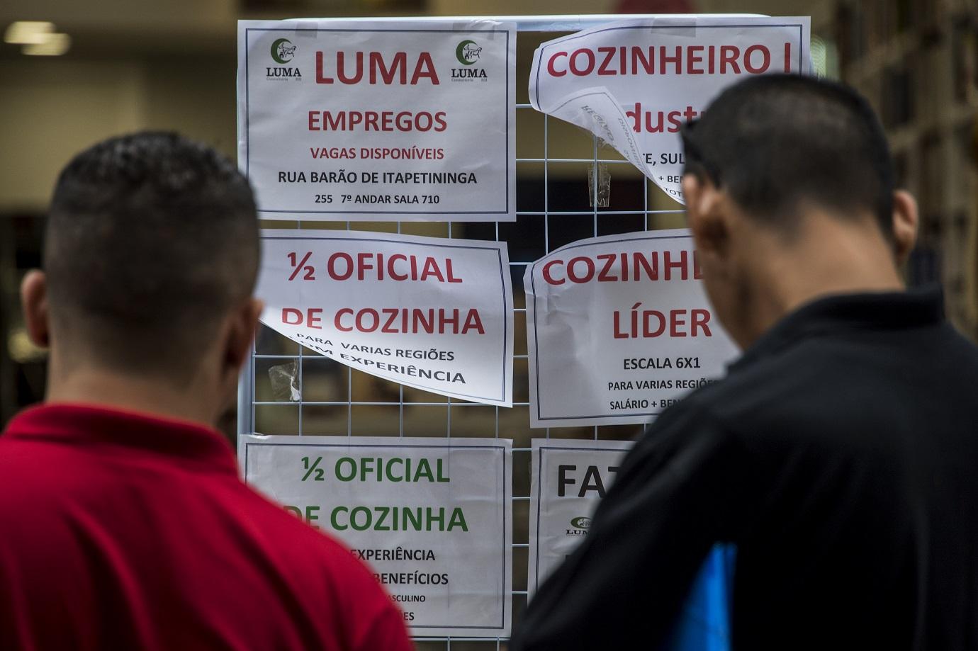 Desempregados avaliam ofertas de emprego no centro de São Paulo. Foto Nelson Almeida/AFP