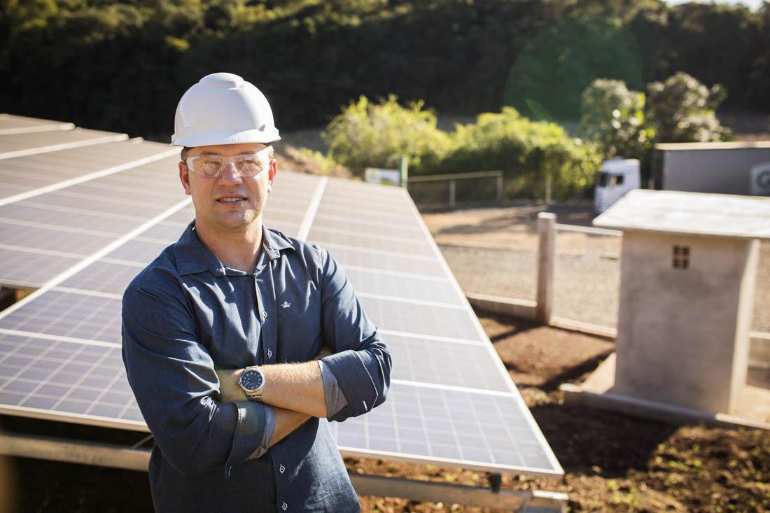 Orgulho: Gilnei diante das placas de energia solar (Foto Fábio Seixo/Coca-Cola Brasil)