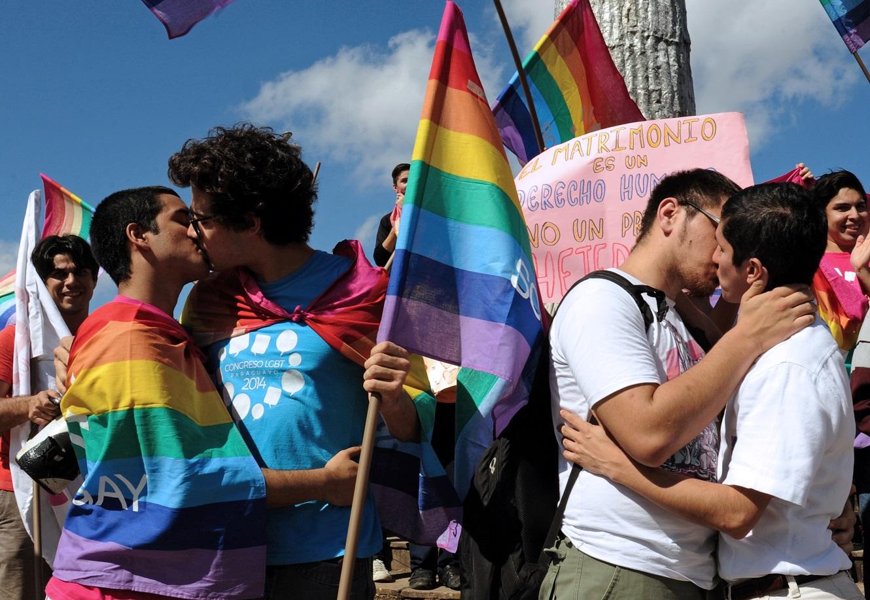 Manifestação em Assunção contra a homofobia e pelos direitos LGBT. O Paraguai aparece na pesquisa como um dos países mais positivos do mundo. Foto Norberto Duarte/AFP
