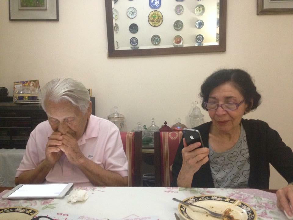 Hildebrando e a irmã, de 81 anos: ele incentivou seus contemporâneos a usar a rede (Foto de divulgação)