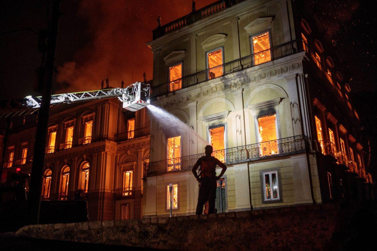 O fogo continuou por horas no Museu Nacional,na Quinta da Boa Vista, com um prejuízo ainda incalculado. Foto Francisco Proner Ramos/AGIF