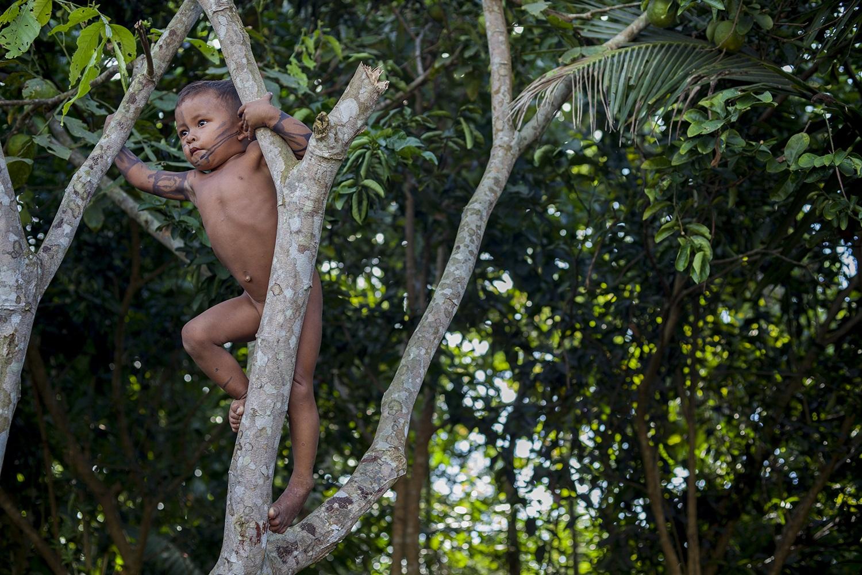 Menino Munduruku brinca na aldeia Sawré Moybu, às margens do rio Tapajós, no Pará. Foto Marizilda Cruppe