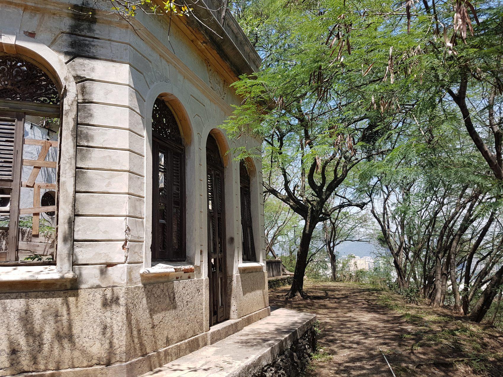 Antigo reservatório da Cedae: escondido no morro (Foto Oscar Valporto)