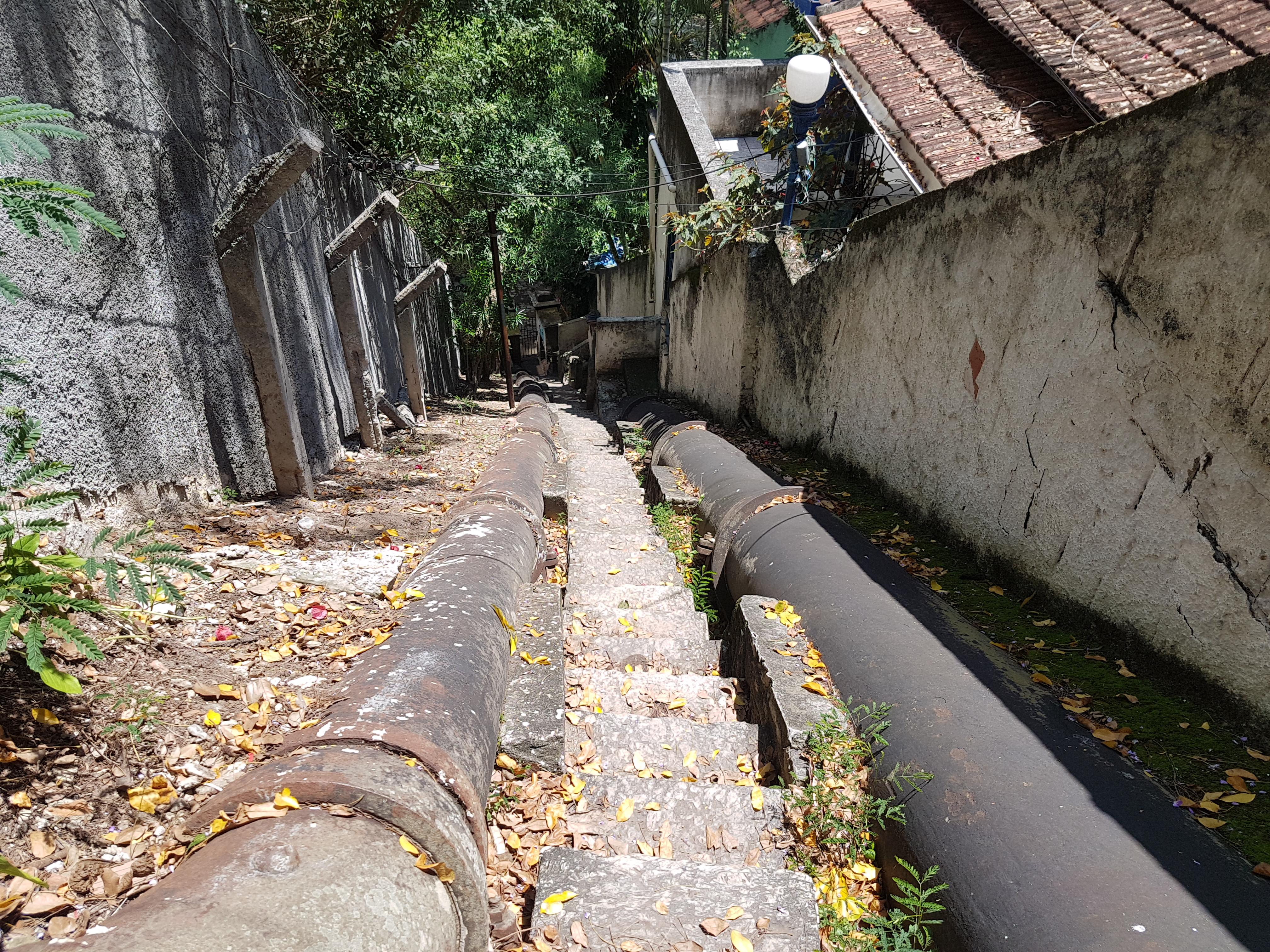 Para visitar reservatório tombado, colunista sobe 170 degraus (Foto Oscar Valporto)