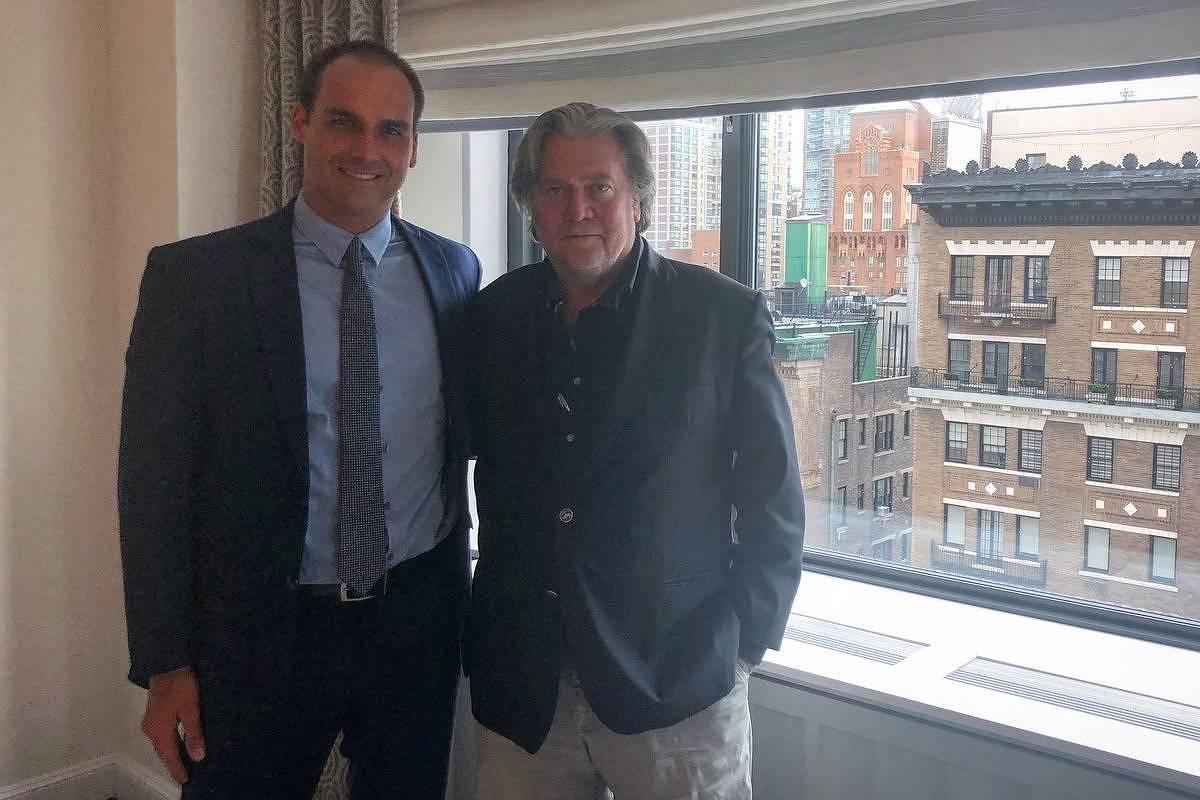 A famoso encontro entre Eduardo Bolsonaro e Steve Bannon, em Nova York. Foto Reprodução
