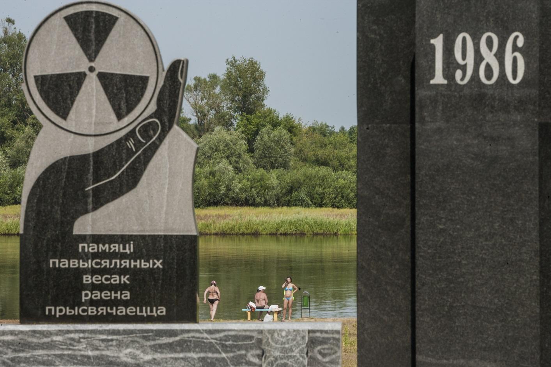 O memorial pelas vítimas do desastre de Chernobil às margens do rio Prypiat,, na Bielorrúsia. Foto Celestino Arce/NurPhoto