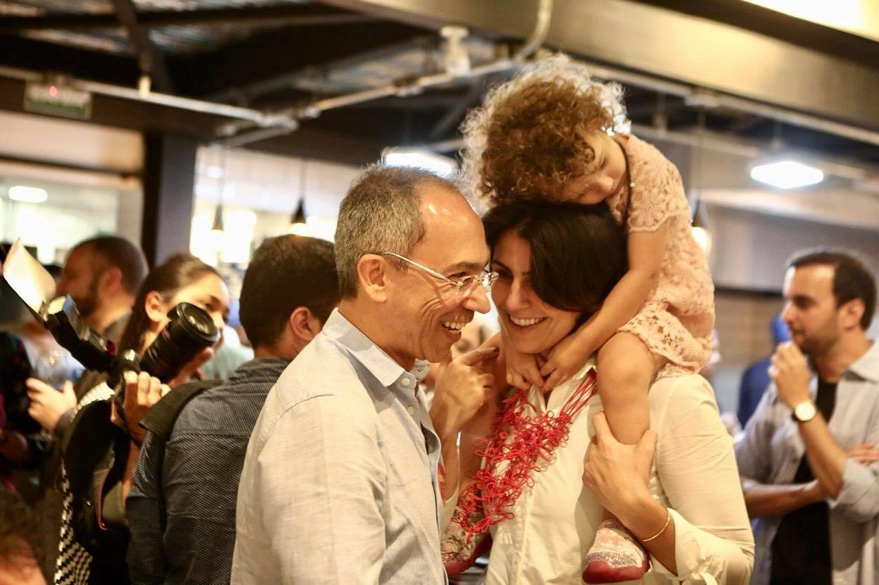 Manuela D´Ávila, candidata à vice na chapa de Fernando Haddad, com a filha Laura, em um dos muitos atos de campanha. Foto reprodução do Facebook