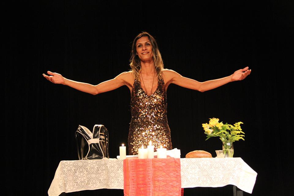 A trans Renata Carvalho intepreta Jesus: peça censurada por Crivella foi apresentada em igrejas anglicanas. Foto: Reprodução/Facebook