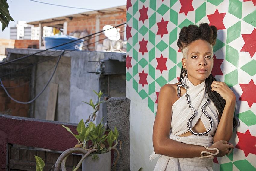 f564450b4 Gabi Monteiro posa para o livro Potência Popular Carioca  moda do subúrbio  invade a Zona Sul