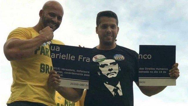 O deputado estadual eleito Rodrigo Amorim (PSL) com a placa quebrada em homenagem a Marielle Franco (Foto: Reprodução)