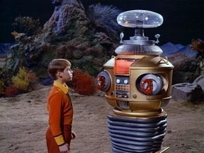 Will Robinson e o seu famoso robô da série Perdidos no Espaço. Foto Divulgação