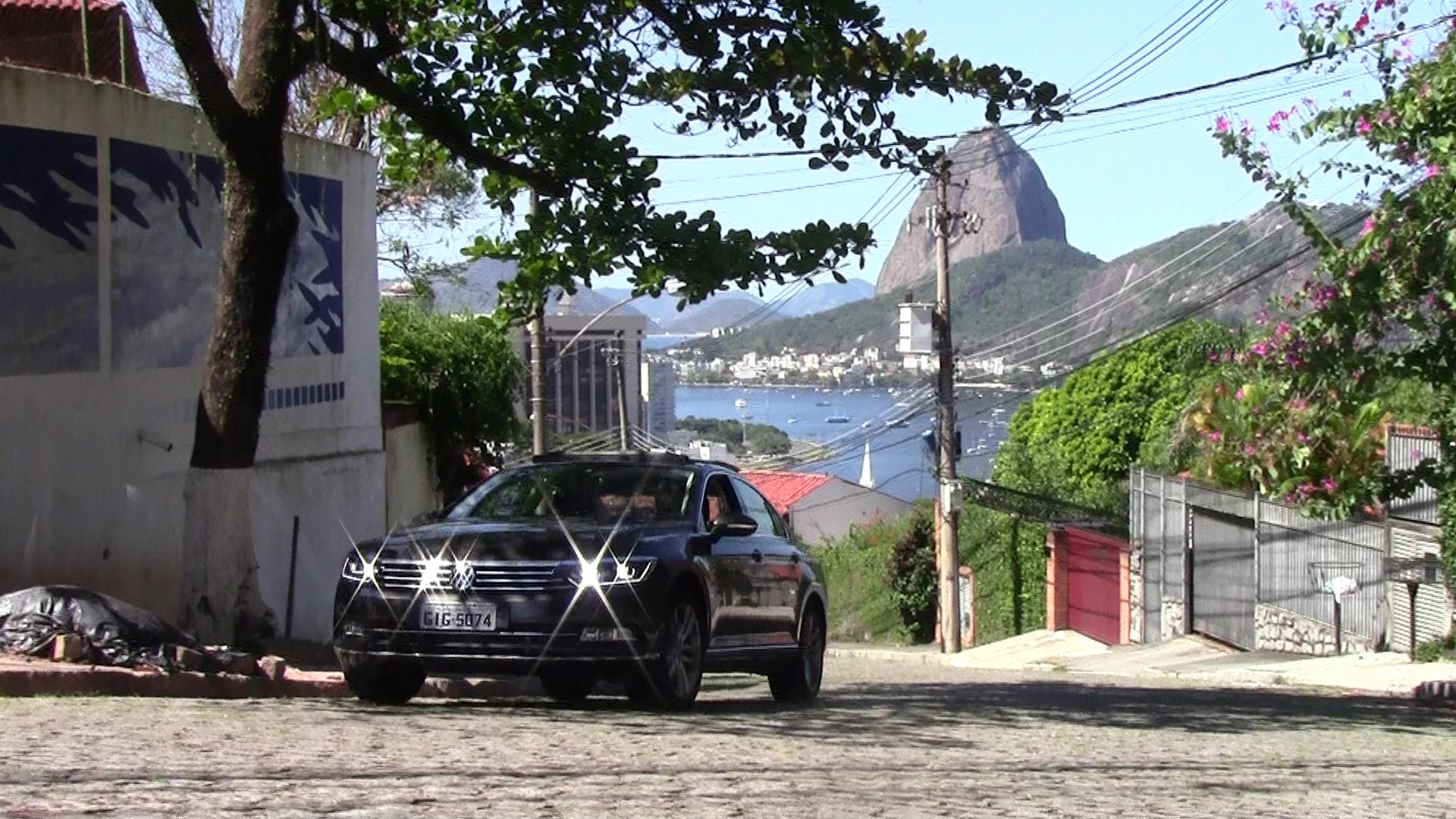 O VW Passat 2018 já pode ser visto nas ruas do Rio. Ele estaciona sozinha e controla a distância do carro da frente. Foto Divulgação