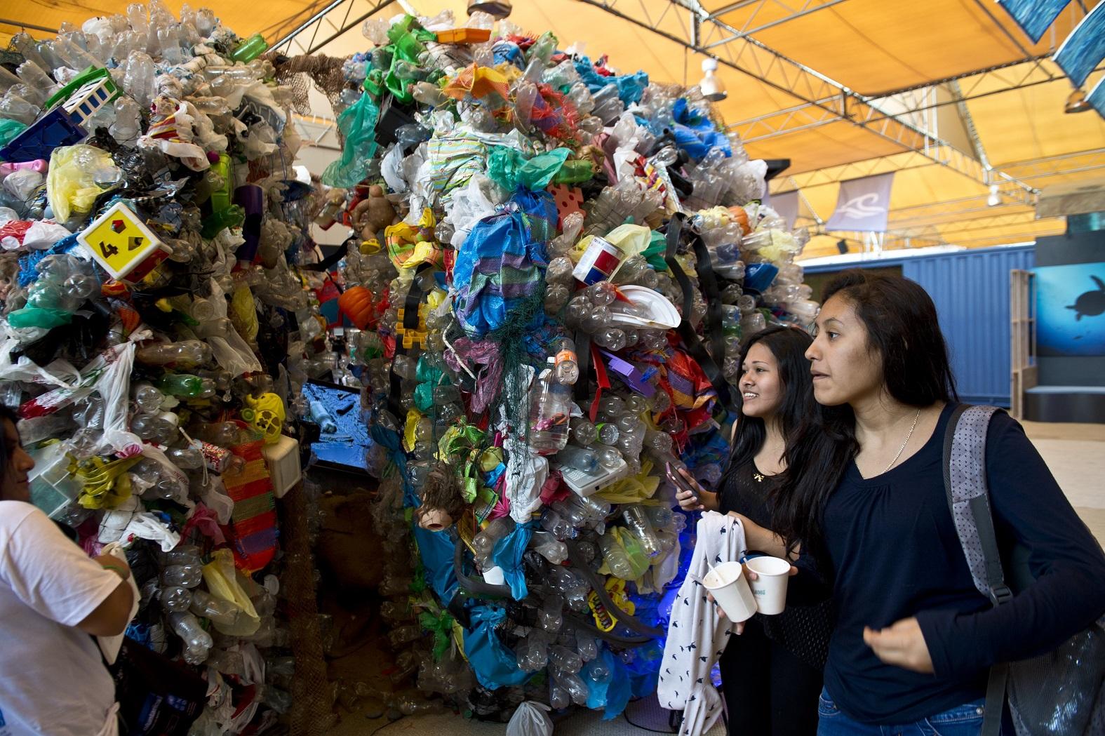 Instalação feita para a COP-20, no Peru, mostra o impacto do lixo plástico jogado nos oceanos. Foto Martin Bernetti/AFP