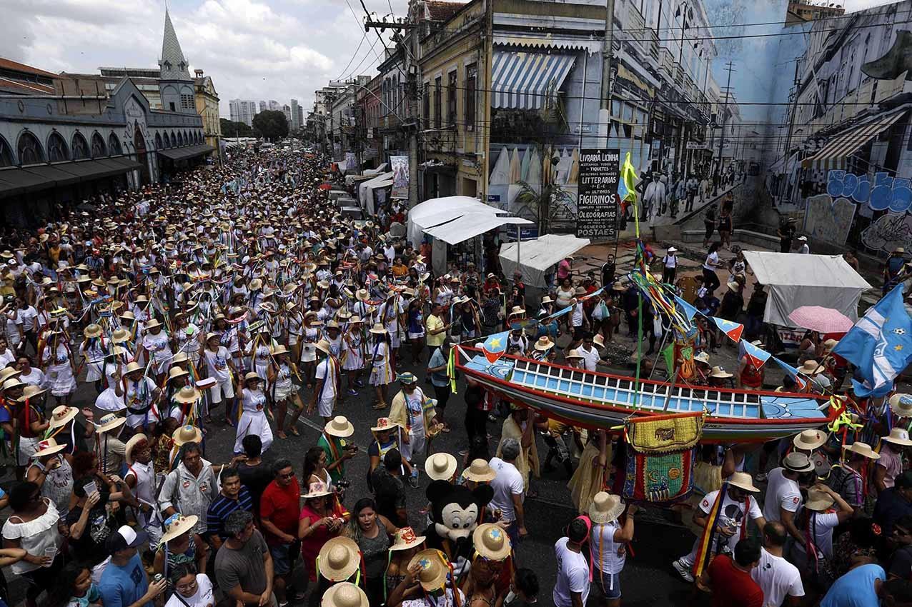 A festa do Arrastão do Pavulagem reúne milhares de pessoas pelas ruas de Belém numa celebração da cultura popular. Foto Custódio Coimbra