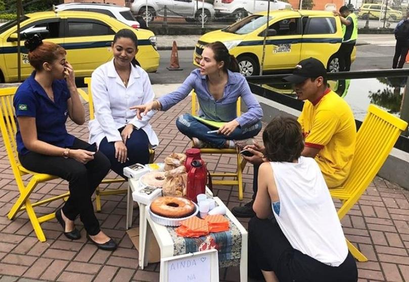 A mesinha, o café, o bolo e muita conversa civilizada sobre o Brasil. Foto Reprodução