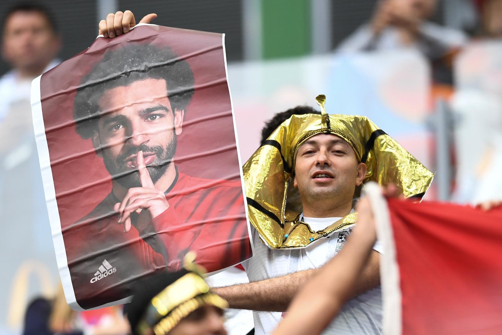 Torcedor do Egito fantasiado de faraó com retrato de Salah, no estádio de São Petesburgo. Foto de Giuseppe Cacace (AFP)