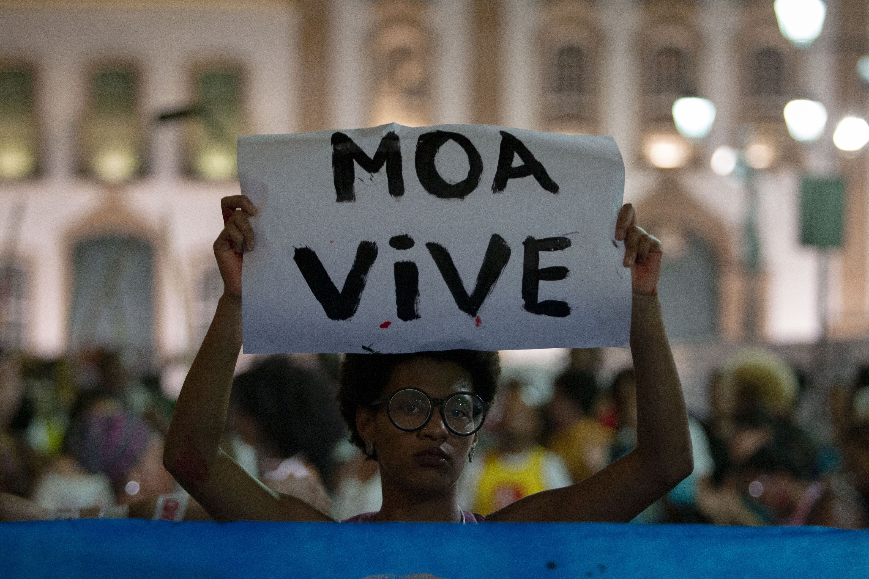 Mulher protesta após a morte do capoeirista Moa no Largo do Pelourinho, em Salvador, na Bahia (Foto: Arisson Marinho / AFP)