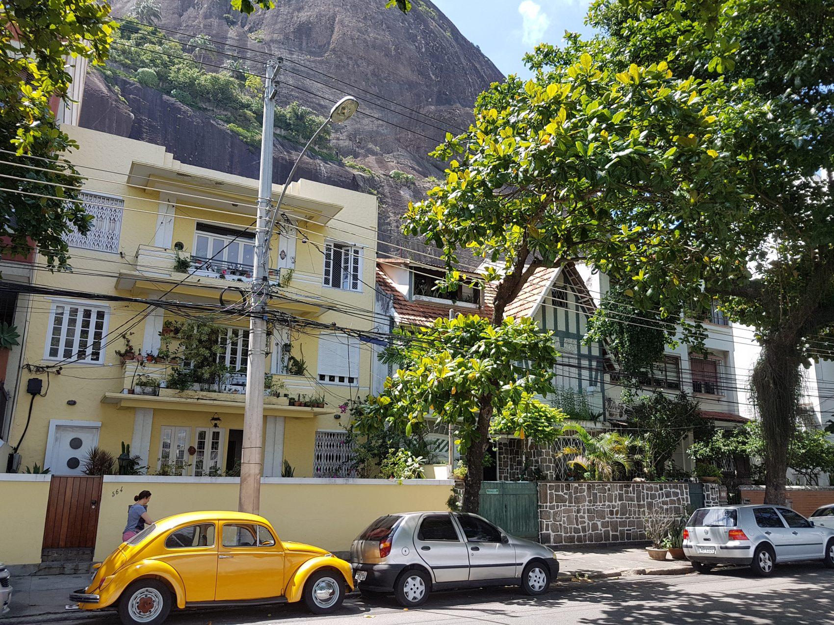 Até o Fusquinha amarelo mostra que a Urca e suas casas guardam ares do século passado (Foto Oscar Valporto)